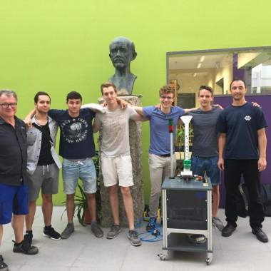 Schüler des MPG mit Tischtennisballwurf-Maschine